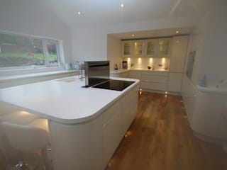 ​Beautiful curved island and kitchen with plenty of worktop space:  Kitchen by AD3 Design Limited