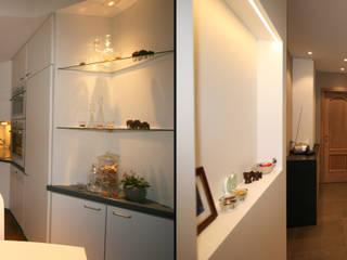 restyling d'une cuisine vers le style contemporain : Cuisine de style  par Sfeerontwerp | créateur d'atmosphère