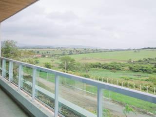 Varanda: Casas modernas por Fábrica Arquitetura