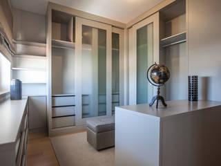 Suite & Closet: Vestiário  por ÀS DUAS POR TRÊS