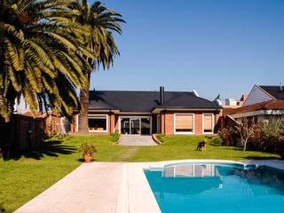 LEVALLE HOUSE: Casas de estilo moderno por Carbone Fernandez Arquitectos