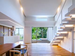 I3-house「丘の上にある造形」: Architect Show co.,Ltdが手掛けたリビングです。