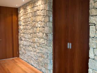 Casa do Zambujal: Corredores e halls de entrada  por André Pintão,Moderno Pedra