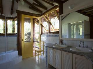 RESIDÊNCIA SL: Banheiros  por MADUEÑO ARQUITETURA & ENGENHARIA,Rústico