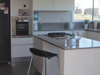 ミニマルデザインの キッチン の JORGELINA ALVAREZ I arquitecta I ミニマル