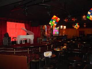 La Puerta de Alcalá-video-bar-café SLP:: Bares y discotecas de estilo  por AQ3 Arquitectos