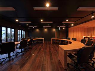 Oficinas y bibliotecas de estilo moderno de 猪股浩介建築設計 Kosuke InomataARHITECTURE Moderno