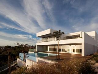 House in Portimão: Casas  por MOM - Atelier de Arquitectura e Design, Lda,Moderno