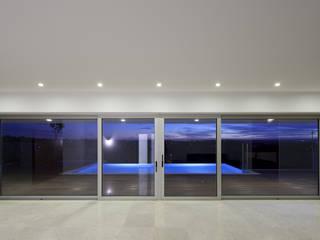 House in Portimão: Salas de estar  por MOM - Atelier de Arquitectura e Design, Lda,Moderno