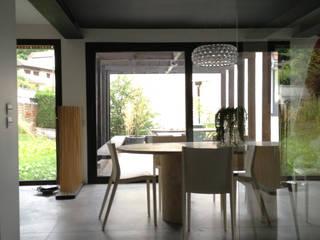 Maison AD: Salon de style  par FAVRE LIBES Architectes
