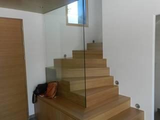 Maison AH: Couloir et hall d'entrée de style  par FAVRE LIBES Architectes
