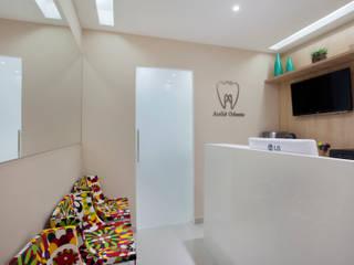 Кабинеты врачей в стиле модерн от Carolina Mendonça Projetos de Arquitetura e Interiores LTDA Модерн
