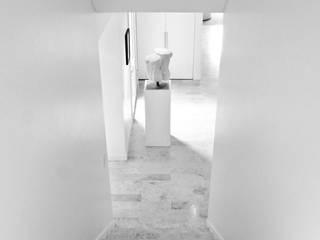 CASA EN SAN ISIDRO: Pasillos y recibidores de estilo  por Arq. PAULA de ELIA & Asociados
