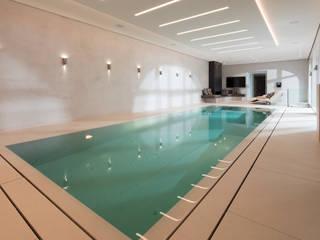 PVC-Schwimmbecken mit Überlaufrinne und Natursteinen: moderner Pool von Hesselbach GmbH
