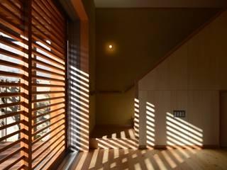 Salas de estilo moderno por アグラ設計室一級建築士事務所 agra design room