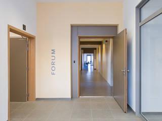 Création d'une Antenne administrative pour la commune d'Ottignies Espaces de bureaux modernes par DELTA Architects Belgique Moderne