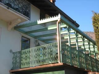 FERRO FORGIATO VERNICIATO DI VERDE Balcone, Veranda & Terrazza in stile classico di LA FUCINA ITALIANA SRL Classico