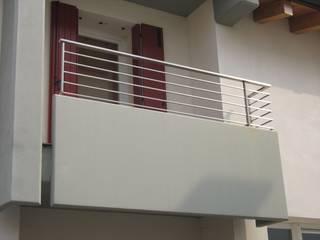 ACCIAIO Balcone, Veranda & Terrazza in stile moderno di LA FUCINA ITALIANA SRL Moderno