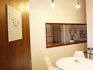 RLA_Office: Escritórios  por RLA | RICHARD LOUREIRO ARCHITECTS