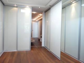 Villa in Erlangen CS interior solutions AnkleidezimmerKleiderschränke- und kommoden Glas Beige