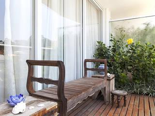 Balcones y terrazas de estilo moderno de Lucia Helena Bellini arquitetura e interiores Moderno