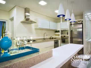 Moderne Küchen von Landeira & Goes Arquitetura Modern