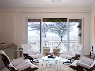 Salon moderne par Lucia Helena Bellini arquitetura e interiores Moderne
