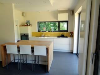 Maison basse énergie à Wavre Cuisine moderne par Bureau d'Architectes Desmedt Purnelle Moderne