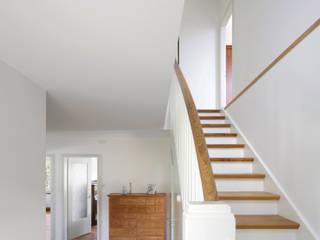 現代風玄關、走廊與階梯 根據 Forsberg Architekten AG 現代風