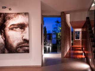 VESTIBULO: Pasillos y recibidores de estilo  por GRUPO VOLTA