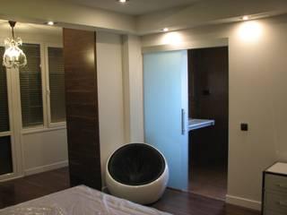 Modern style bedroom by Carlos Roncero Showroom Modern
