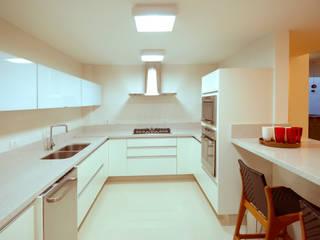 Cabral Arquitetura Ltda. Modern kitchen Granite White