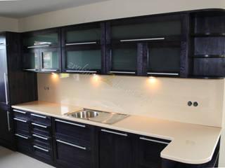 Kuchnia w czerni Nowoczesna kuchnia od Made of Wood Group Nowoczesny