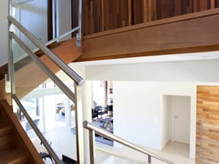 Paredes y pisos modernos de Samy & Ricky Arquitetura Moderno