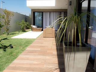Casa Térrea - contemporânea: Casas  por Camila Castilho - Arquitetura e Interiores,Moderno