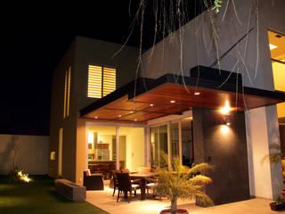 Balcones y terrazas modernos de GRUPO VOLTA Moderno