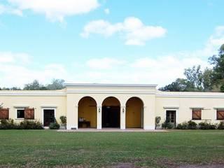 Von Neufforge: Casas de estilo colonial por Aulet & Yaregui Arquitectos