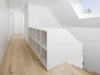 Transformation Maison R Couloir, entrée, escaliers modernes par 2b architectes Moderne