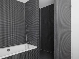 Transformation Maison R: Salle de bains de style  par 2b architectes