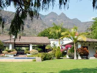 Colonial style garden by De Ovando Arquitectos Colonial