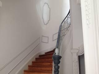 クラシカルスタイルの 玄関&廊下&階段 の Belgas Constrói Lda クラシック