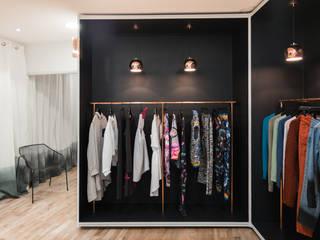 Aménagement d'un concept-store mode: Locaux commerciaux & Magasins de style  par Atelier Tropique