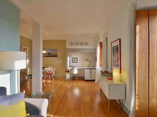 Uma casa antiga repleta de cor Architect Your Home Corredores, halls e escadas modernos