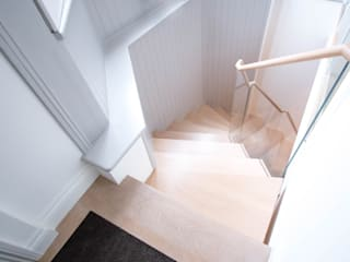 Cantilever staircase with glass balustrade by Railing London Ltd Сучасний