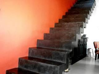Vivienda DLB - Tejas 2 (proyecto y obra): Pasillos y recibidores de estilo  por ANDA arquitectos,Moderno