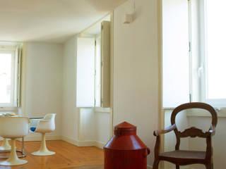 Uma atmosfera moderna num fundo antigo Architect Your Home Salas de jantar modernas
