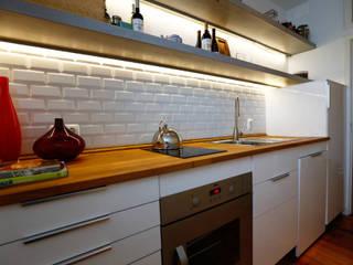 Uma atmosfera moderna num fundo antigo Architect Your Home Cozinhas modernas