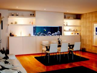 ADn saltwater aquarium in a dining room por ADn Aquarium Design Moderno