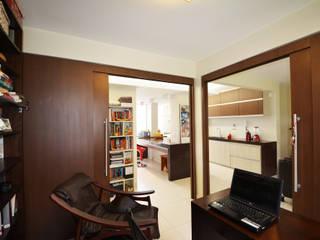 Apartamento EM Escritórios modernos por Arquitetura 1 Moderno