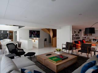 现代客厅設計點子、靈感 & 圖片 根據 Toninho Noronha Arquitetura 現代風